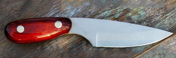 deer hunter knife red stand